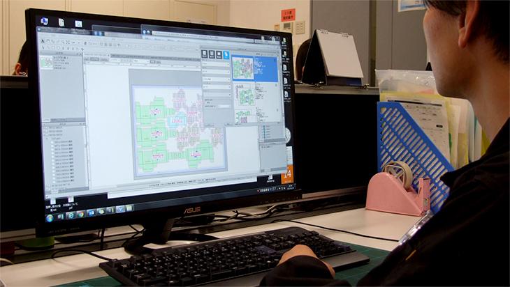 パソコンを操作している男性の画像