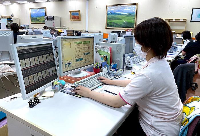 パソコンを操作している画像